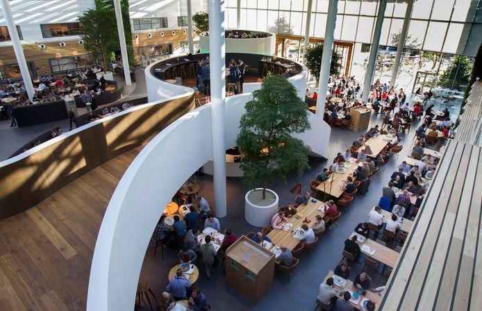 Het restaurant van ASML in Veldhoven tijdens de lunch.