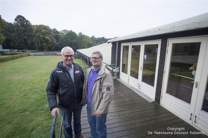 Raymond Spekenbrink (links) en Henk Ekkelenkamp bij manege De Vossenbos.