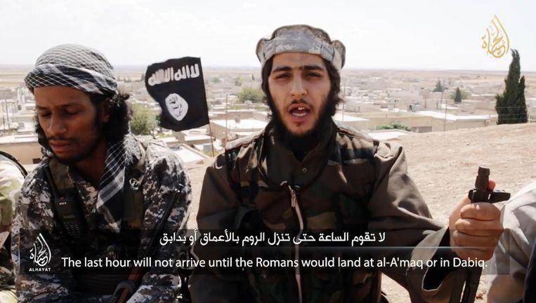 Franse IS-strijder verwijst naar de profetie over Dabiq in een IS-video. Op de achtergrond Dabiq. Beeld