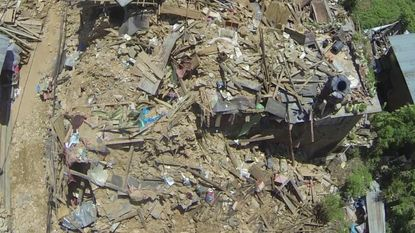 Drone filmt complete verwoesting in Nepal