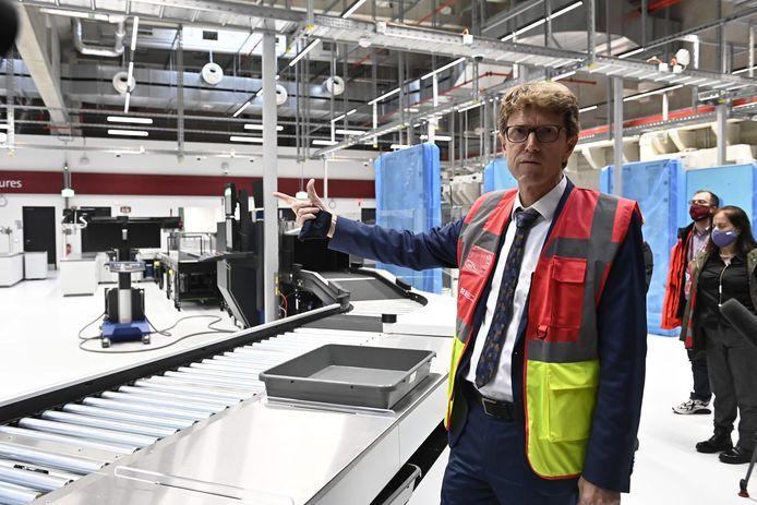 Luchthaventopman Engelbert Lütke-Daldrup geeft een rondleiding in het nieuwe gebouw.