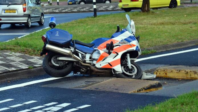 De motor die in Breda strandde in een bussluis.