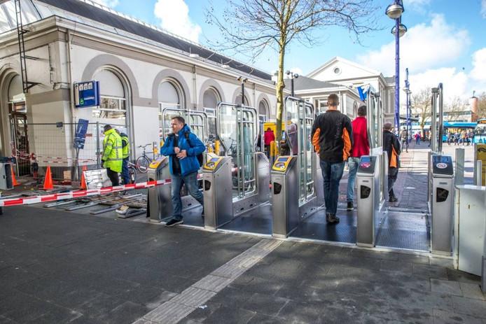 Er staan nu ook poortjes aan de voorkant van het station. Ze gaan gefaseerd 'dicht'.