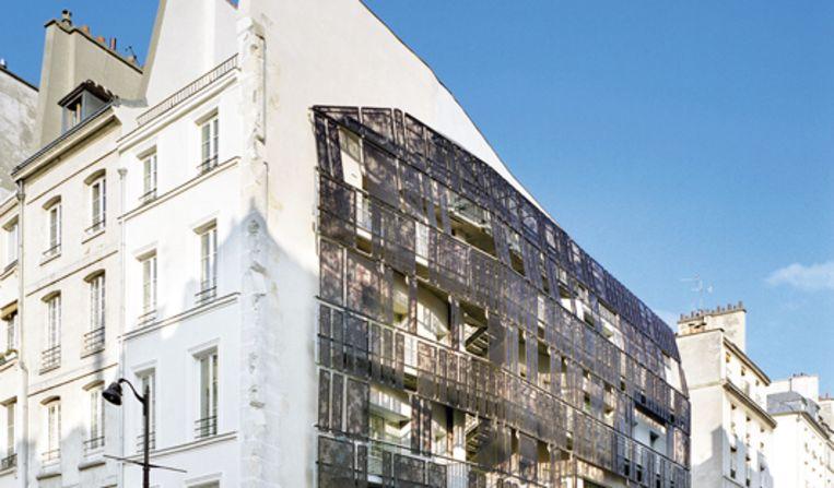 Sociale woningbouw in de Marais. De blinde muur is geopend, en voorzien van een raster. (Chartier-Corbasson) Beeld