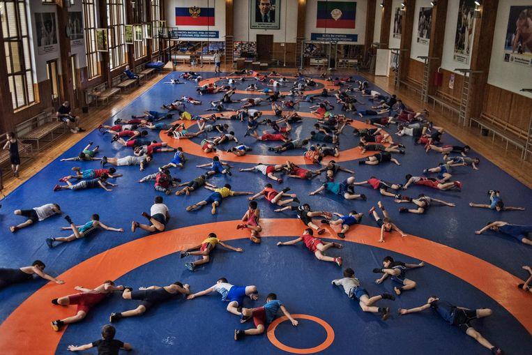 Honderd jongens warmen zich op in Sportschool Gamid Gamidov. Beeld Yuri Kozyrev
