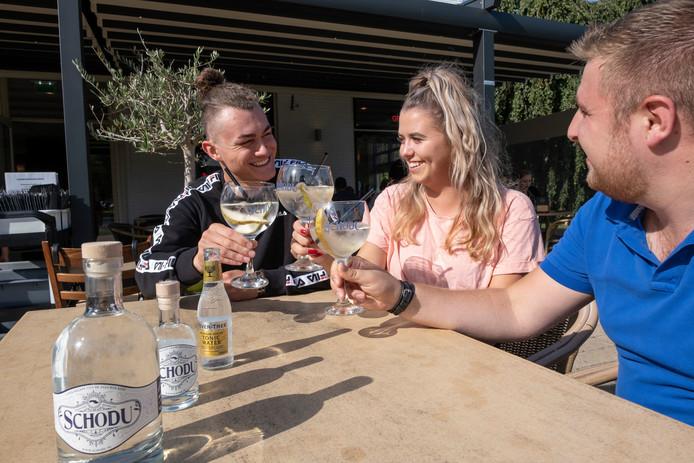 Ruben, Fleur en Steven proeven de Schouwse gin Schodu.