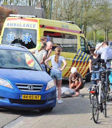 Man valt van fiets tegen bestelbusje in Budel en raakt gewond