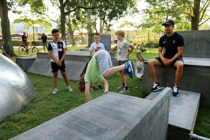 In het parkje bij metrostation Centrum in Spijkenisse krijgen kinderen les in freerunnen.