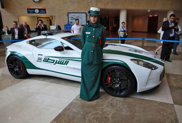Een politievrouw voor een  Aston Martin One-77.