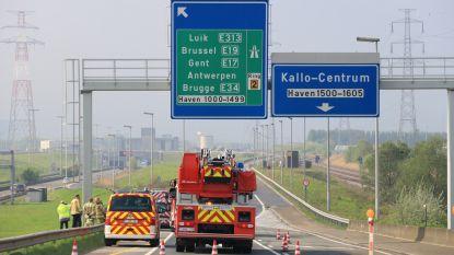 Signalisatiebord van halve ton bijna op rijbaan gestort