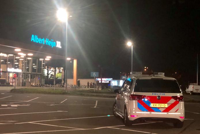 Bij de Albert Heijn XL aan de Limburglaan stond ook politiebewaking na de dreiging bij Albert Heijn XL in Woensel.