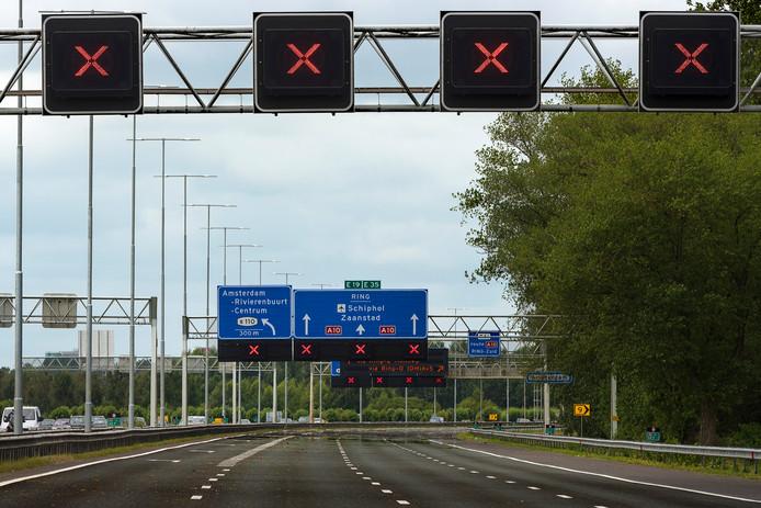 Een wegens werkzaamheden afgesloten snelweg.