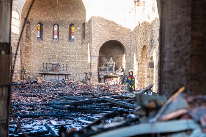 De ravage in de Onze-Lieve-Vrouw-Geboortekerk in Hoogmade na de grote brand van maandag 4 november. Nog altijd ligt er puin.