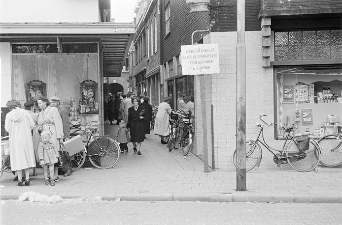't Gengske in de jaren vijftig, bezien vanaf het Walplein. De doorsteek droeg toen officieel de naam Passage.