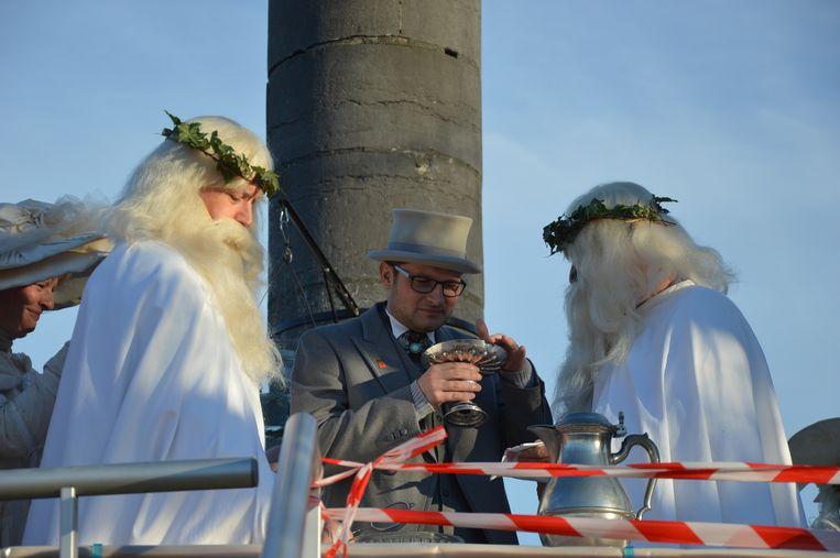 Schepen Fernand Van Trimpont drinkt visjes op de Oudenberg.