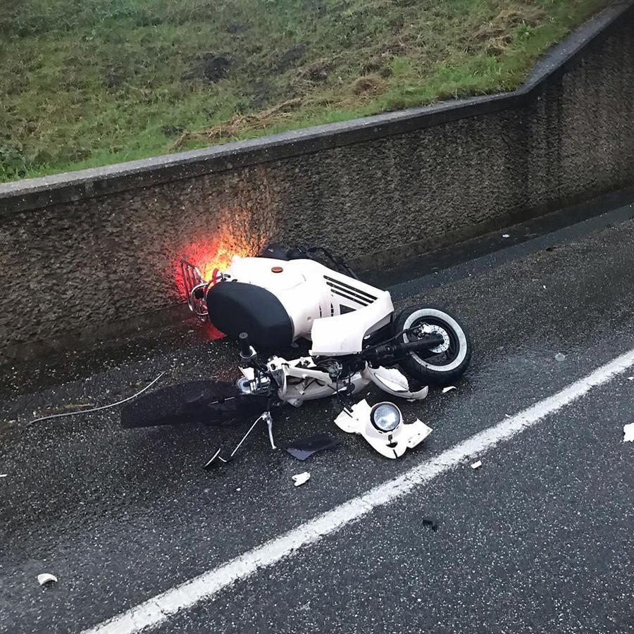 De scooter van Ite (40) heeft veel schade na het ongeluk.