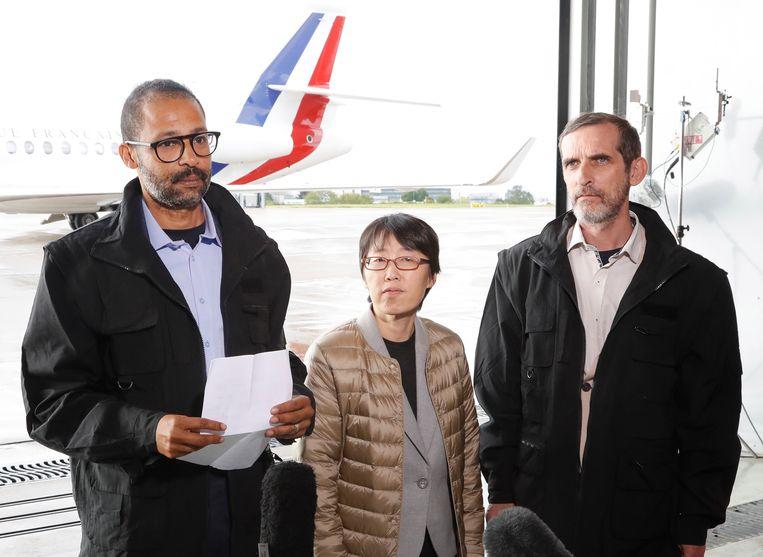 Laurent Lassimouillas (l.)  en Patrick Picque (r.) samen met de Zuid-Koreaan die eveneens bij de actie bevrijd werd.