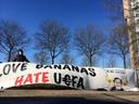 Een spandoek van Feyenoord-fans. 'Bring back the banana's is no racism'