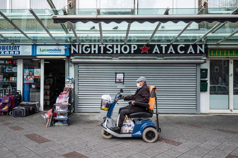 De avondwinkel op de Osdorper Ban in Amsterdam. De winkel is na een mislukte aanslag op last van de burgemeester gesloten. Beeld Dingena Mol