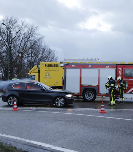 Verkeer rond Cuijk gestremd door brandende auto