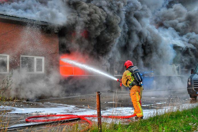 De brandweer is met man en macht in touw om de brand te bestrijden.