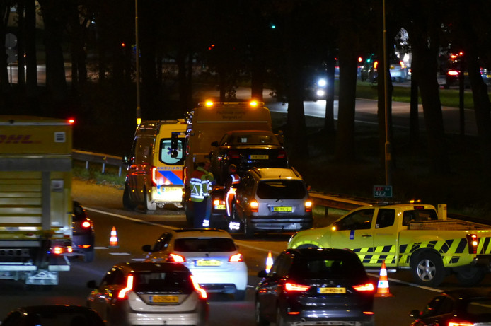 Hulpdiensten bezig met het afvoeren van de beschadigde voertuigen