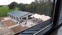Zicht op de recreatieruimte bij het migrantenhotel van Pollux in het buitengebied van Nispen.