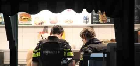 Snackbarmedewerker laat zich niet zomaar overvallen in snackbar en grijpt naar pistool