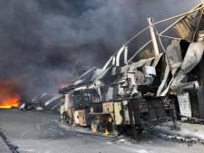 Bedrijfspand in Hapert in vlammen op na zeer grote brand, ook brandweerwagen uitgebrand