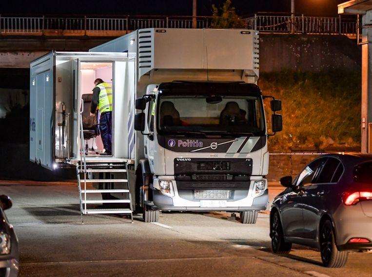 Ook zondagavond laat was de politie nog volop bezig aan het Albertkanaal.