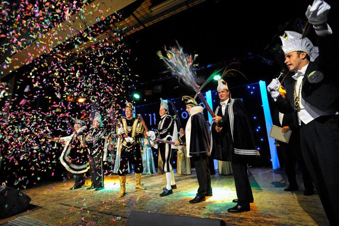 Carnavalsgezelschap De Deurdouwers uit Herveld/Andelst strijkt voor de jaarlijkse pronkzittingen in januari enkele dagen neer in de Zettense Wanmolen