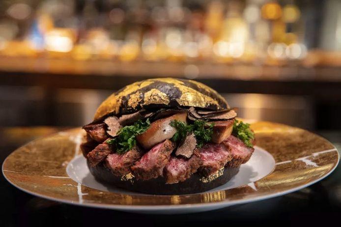 Het zwarte broodje is doordrenkt met kaviaar en versierd met goud.
