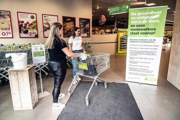 Bij de supermarkt van Nico de Witt in Beek worden klanten geattendeerd op veiligheidsmaatregelen.