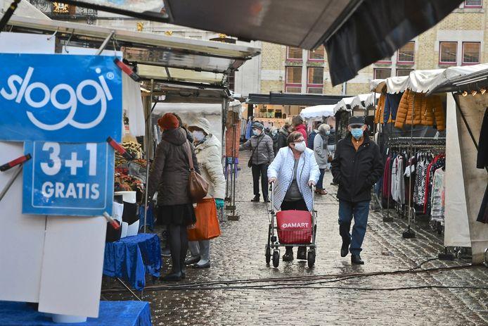 Weer meer kraampjes op de Roeselaarse dinsdagmarkt.