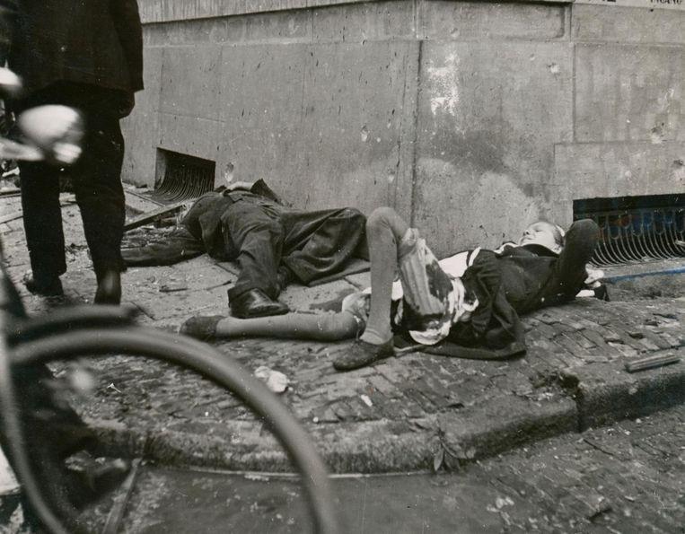 Bommen op de Blauwburgwal. Op 11 mei 1940 ervoer Amsterdam voor het eerst de verschrikkingen van de oorlog. Een Duits vliegtuig dropte bommen op de Blauwburgwal, hoek Herengracht. Er vielen 44 doden en tientallen zwaargewonden. Twaalf huizen werden weggevaagd. Fotograaf Cas Oorthuys van de Arbeiderspers was snel ter plaatse. Zijn foto's werden pas vijf jaar later, na de oorlog, gepubliceerd Beeld Cas Oorthuys/NIOD