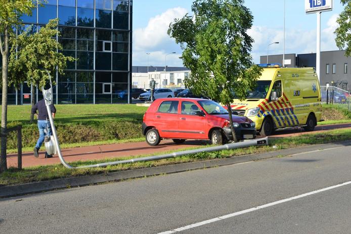 Auto botst op lantaarnpaal in Breda