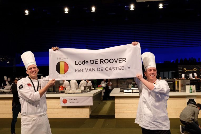 Lode De Roover en Piet Vande Casteele tonen trots de banner van hun team.