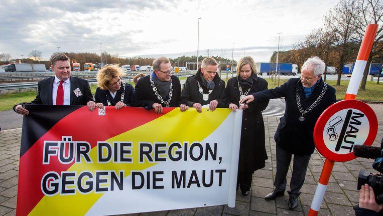 Duitse en Nederlandse burgemeesters protesteren eind 2016 samen tegen de Duitse tolplannen bij grensovergang De Poppe. Beeld anp