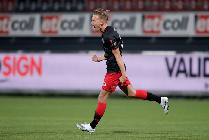 Excelsior-middenvelder Julian Baas (18) juicht na zijn goal tegen MVV.