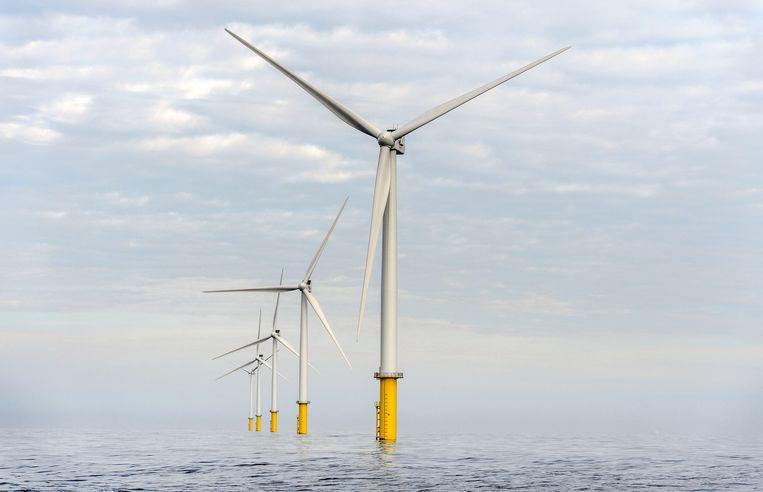 Windmolens reiken boven het wateroppervlakte van de Noordzee, 23 kilometer uit de kust. Beeld anp