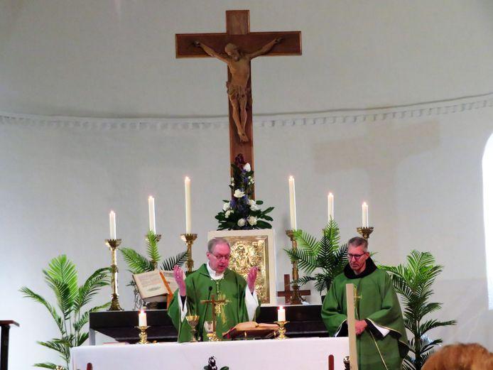 Bisschop Gerard de Korte dook zondagochtend onverwacht op in Velddriel. Rechts pastoor  Roland Putman.