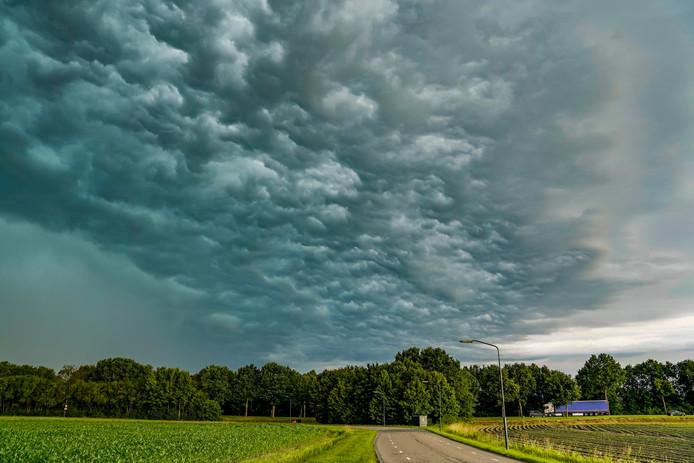 Donkere wolken te zien boven de Haasdijk in Den Hout.