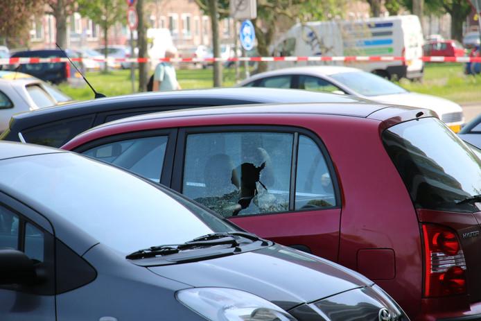 Hoewel niemand gewond raakte tijdens het schietgeweld op Tweede Paasdag in Delft, werd wel een kogel door een autoruit geschoten.