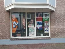 Alle posters op één raam behalve de ChristenUnie