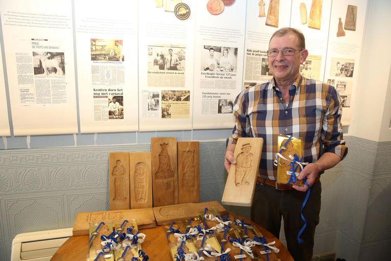 Jan Springael met de houten bakvorm en een vaantjeskoek in koffiehuis Mokkadis.
