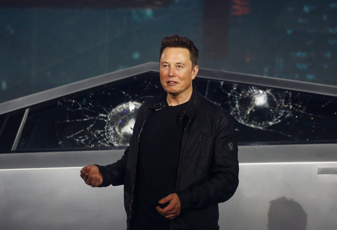 Bij de presentatie van de Tesla Cybertruck bleken de gewapende ramen toch niet zo onkreukbaar als CEO Elon Musk zijn toehoorders wilde doen geloven