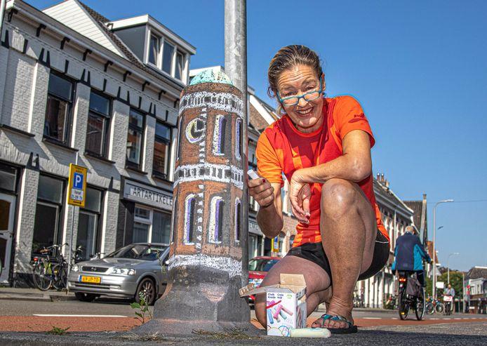 Kunstenares Monique Lub 'beschilderde' de betonnen paaltjes aan de Assendorperstraat. Om kleur met elkaar te delen, maar ook om kinderen te stimuleren zelf ook met stoepkrijt aan de slag te gaan en de wijk te versieren.
