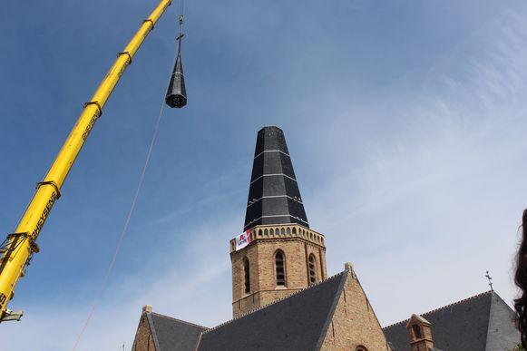 De Sint-Niklaaskerk in Westkapelle heeft na zes jaar eindelijk terug een toren.