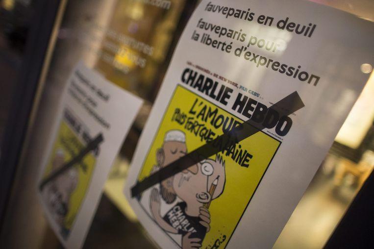 Een afbeelding van Charlie Hebdo op een winkelruit in Frankrijk. Beeld epa