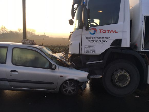 De Renault Clio botste frontaal met de vrachtwagen.